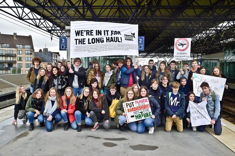 Met een 60-tal jongeren vertrok Youth for Climate RSL richting Global Strike for Future . Trekkers  Cas Schollaert en Wout Degryse dragen op een spandoek de namen mee van wie hun crowdfunding sponsorde.