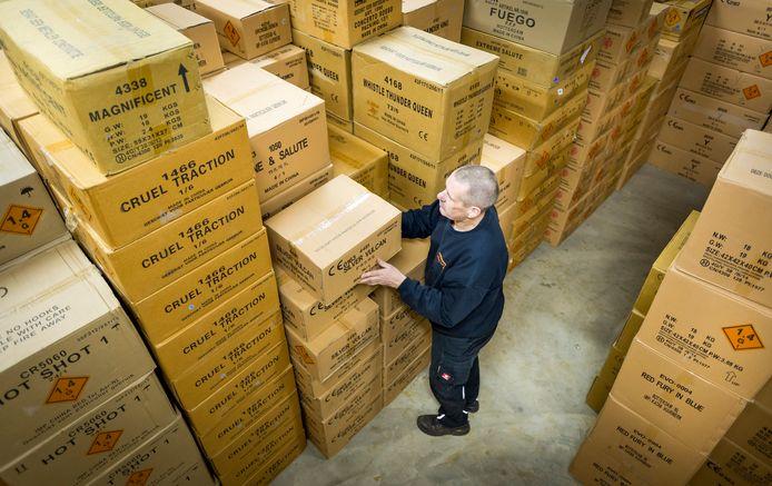 Een medewerker in een opslagbunker voor consumentenvuurwerk