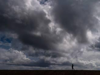 Zwaarbewolkt met buien: maxima tussen  15 en 18 graden