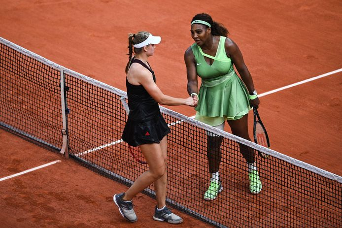 Serena Williams en Elena Rybakina na hun partij in de achtste finales op Roland Garros.