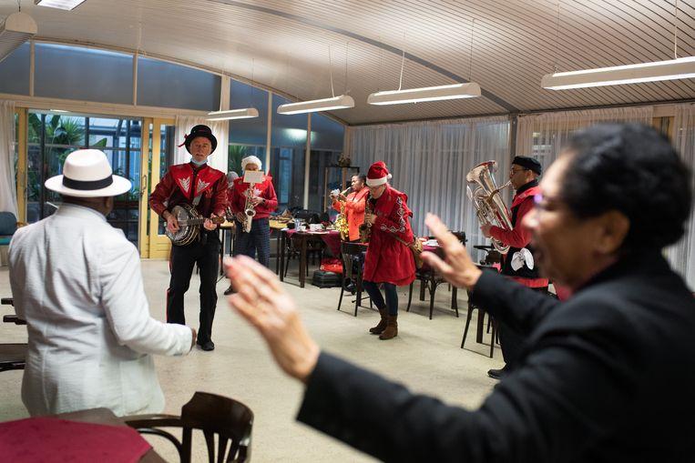 'Een fanfare brengt mensen bij elkaar', zegt tubaspeler Vincent Henar.  Beeld Sabine van Wechem