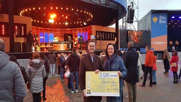 De mensen van Vlaams Belang trokken met hun cheque naar Kortrijk.