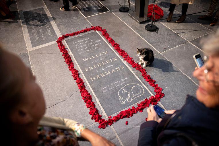 De onthulling van het grafmonument voor Willem Frederik Hermans in De Nieuwe Kerk in Amsterdam. Beeld HH /  ANP