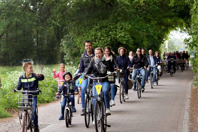 Fietsers met de bekende gele vlaggetjes van de Fietsvierdaagse. Dit tafereel zien we nog niet dit jaar in en rondom Hoeven.
