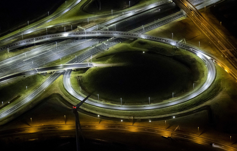 De A2 in Amsterdam vanuit de lucht na het ingaan van de avondklok op 23 januari. Beeld ANP