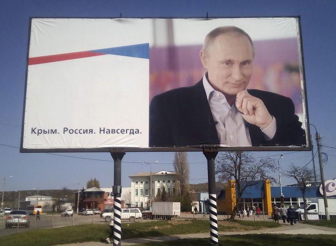Een reclamebord in Kertsj op de Krim, met de afbeelding van de Russische president Poetin en de tekst 'De Krim. Rusland. Voor altijd.' Beeld uit 2016.