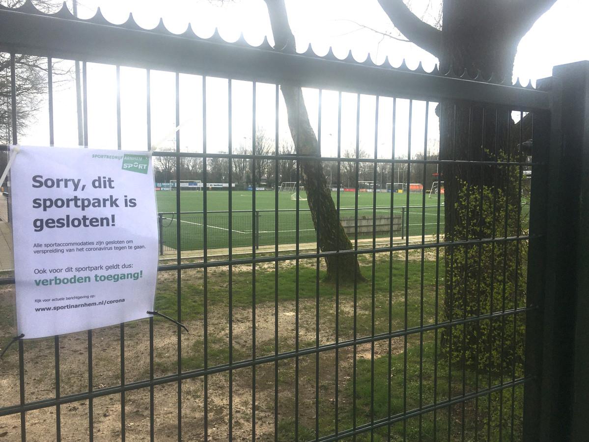 Een plakkaat op het hekwerk rond sportpark De Bakenberg maakt duidelijk dat bezoekers niet welkom zijn. Inmiddels ligt dat alweer iets genuanceerder.