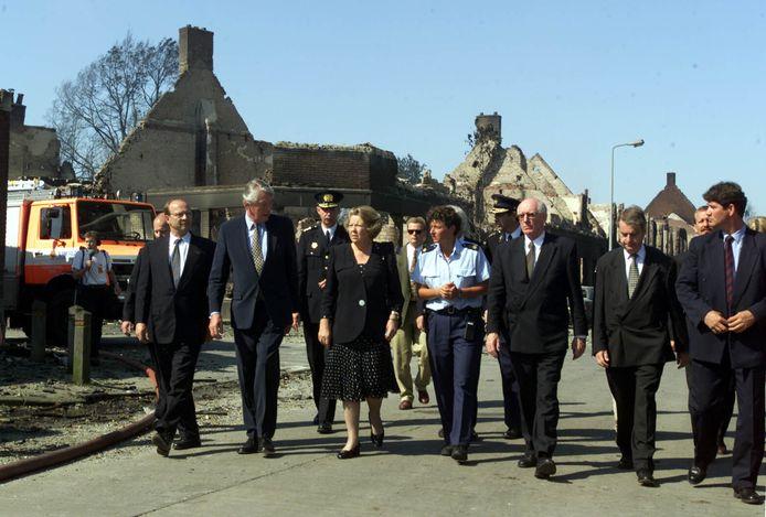 Toenmalig Koningin Beatrix, premier Wim Kok, burgemeester Jan Mans (vierde van rechts) en anderen bezoeken de rampplek na het inferno in Enschede.