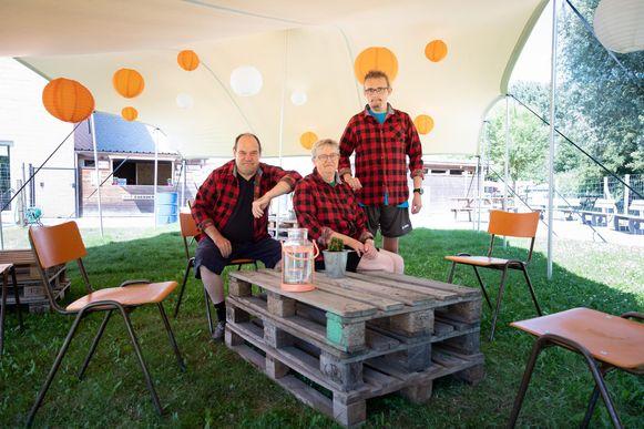 Julien, Magda en Bert begroeten woensdag de eerste gasten in Bar Boerderie.
