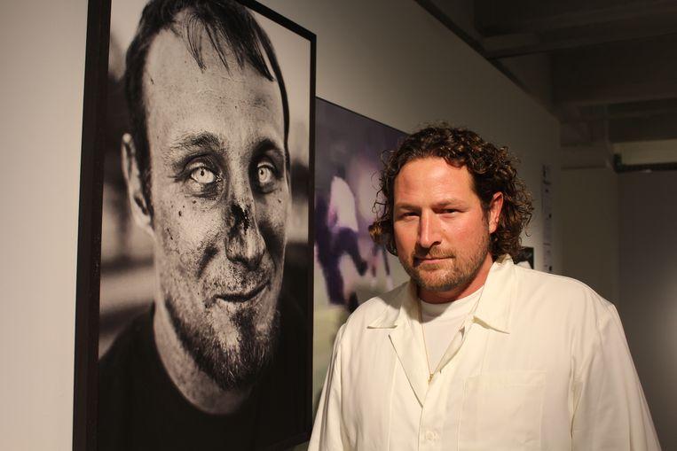 Fotograaf Sebastian Steveniers op zijn tentoonstelling 'Bosfights' in het Antwerpse fotomuseum. Beeld Jasper van der Schoot