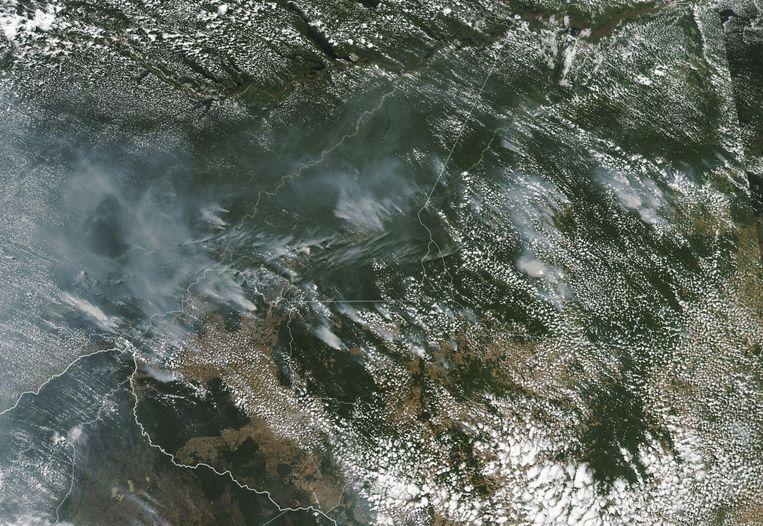 Satellietbeelden van de NASA tonen dat grote delen van het Braziliaanse regenwoud in brand staan. Beeld AFP