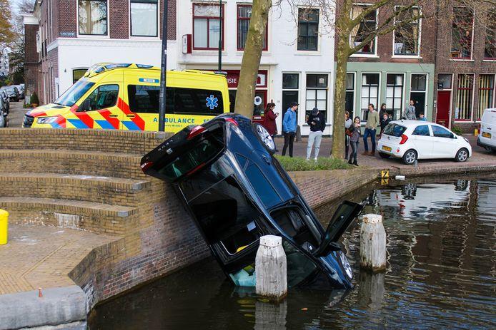 Merkwaardig ongeluk: een auto reed zaterdagmiddag 17 april van een kademuur aan de Lage Gouwe en belandde half in het water in Gouda.