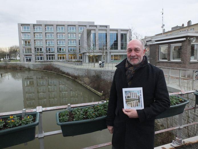 Luc C. Martens nam dienstencentrum Leiespiegel als inspiratie voor de cover van zijn afscheidsbundel Stad van alle seizoenen. De foto van de cover werd door hem getrokken en het spiegelbeeld is een schilderij van Deinzenaar Jesse Van Gompel.