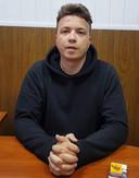 Roman Protasevitsj is verschenen op een door de Belarussische staatstelevisie online verspreide video. Daarin zegt hij dat hij meewerkt met de autoriteiten en zegt hij te bekennen dat hij achter de onlusten in zijn land zit