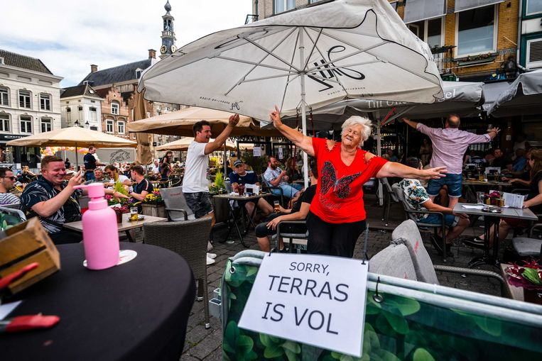Gasten vieren op in juni feest op het terras van café Tijl Uilenspiegel op de Markt in Den Bosch. De maatregelen om verspreiding van het coronavirus tegen te gaan werden toen versoepeld. Beeld ANP
