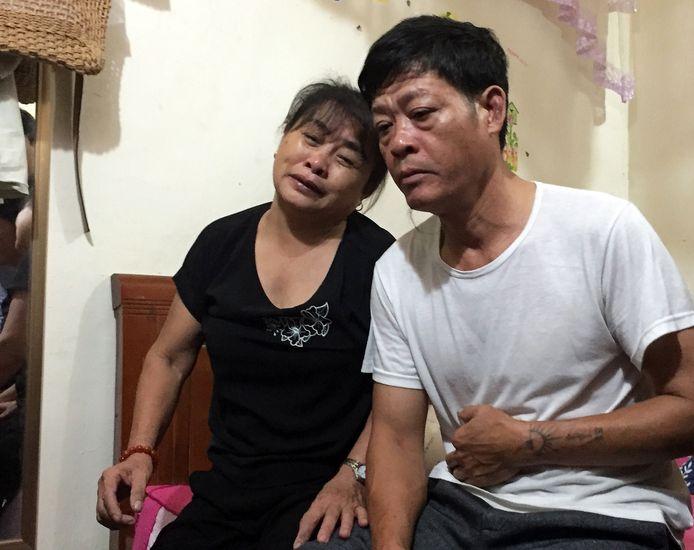 Pham Van Thin (rechts) en zijn vrouw Nguyen Thi Phong rouwen om dochter Pham Thi Tra My. Zij is een van de 39 slachtoffers van het koelcontainerdrama in Engeland.