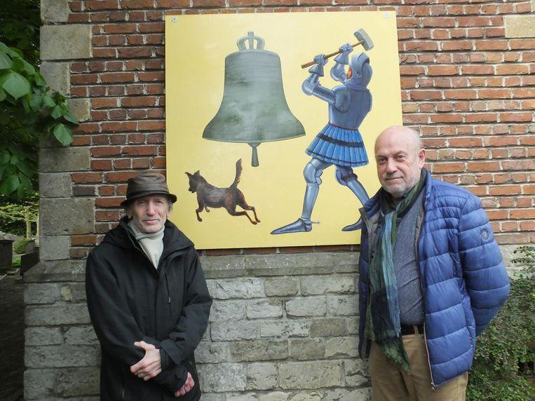 Kunstenaar Gilbert Declercq en André Bollaert bij het kunstwerk van Jean De Nivelle.