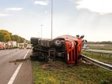 A16 deels afgesloten: gekantelde tankwagen lekt brandbare vloeistof