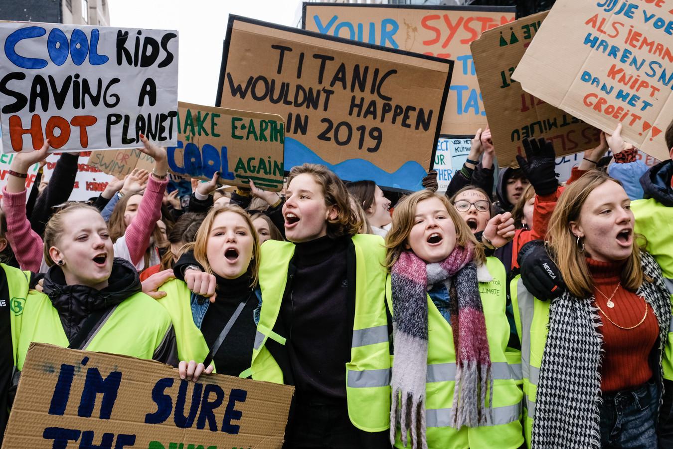 De aanjaagsters van de klimaatmarsen zijn allen meisjes:  Anuna De Wever (midden) en Kyra Gantois (links) werden geïnspireerd door de Zweedse scholiere Greta Thunberg (niet op de foto).