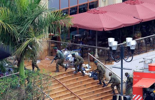 Keniaanse soldaten nemen positie in bij het winkelcentrum.