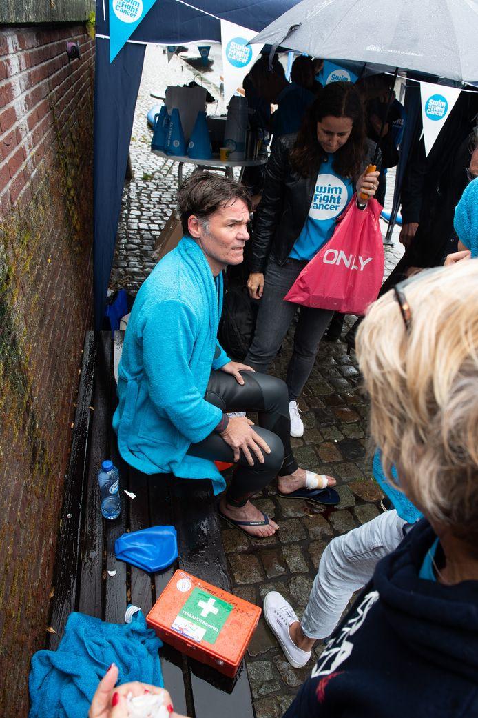 Bij de sprong raakte burgemeester Paul Depla gewond aan zijn voet.