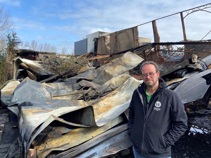 Henk Warnier meet de schade op: de ravage na de brand op bedrijventerrein 't Walletje in Knokke-Heist is gigantisch