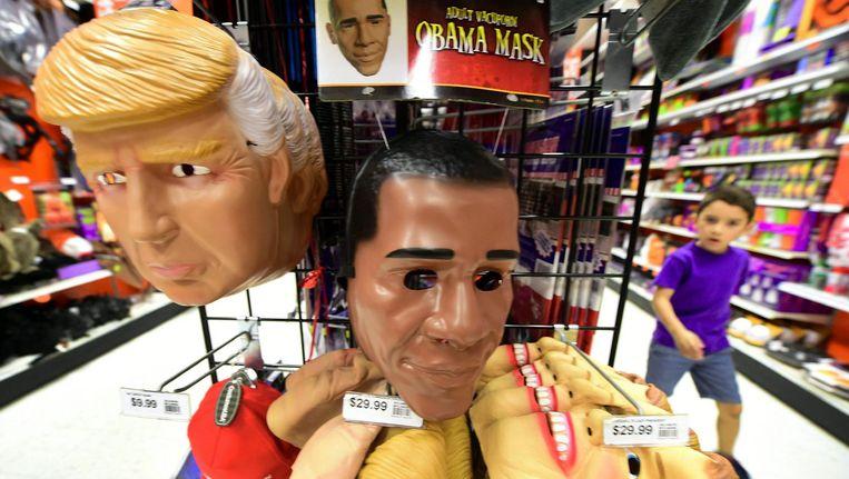 Maskers van Donald Trump, Barack Obama en Hillary Clinton, worden te koop aangeboden voor Halloween. Beeld afp