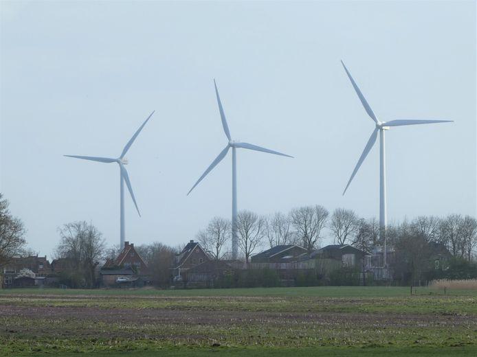 De drie huidige windmolens in Lopik, met op de voorgrond de huizen aan Benedeneind in Benschop.