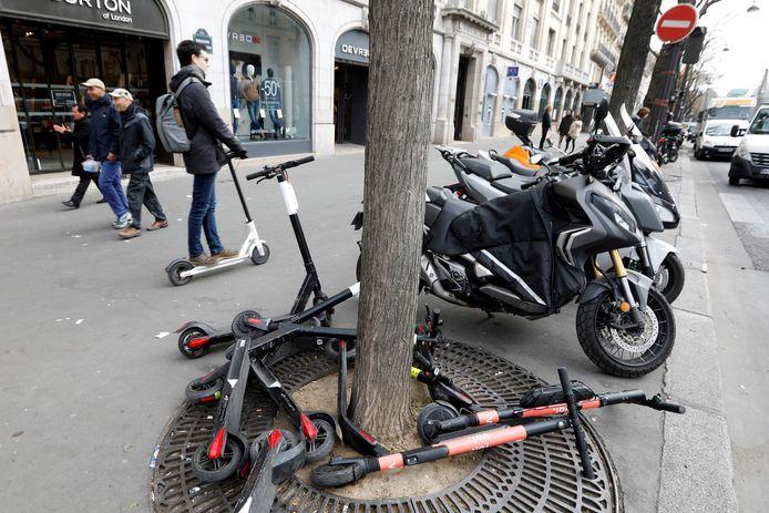 Foto uit maart 2019: achtergelaten deelsteps aan een winkelstraat in Parijs.