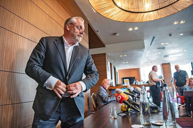 Nabil B.'s advocaten Peter Schouten (voor) en Onno de Jong (achter, aan tafel). Uit vertrouwelijke stukken blijkt dat het OM heeft gedreigd met onaangename en onveilige maatregelen tegen de kroongetuige, zijn familie en zijn advocaten. Beeld  Guus Dubbelman / de Volkskrant