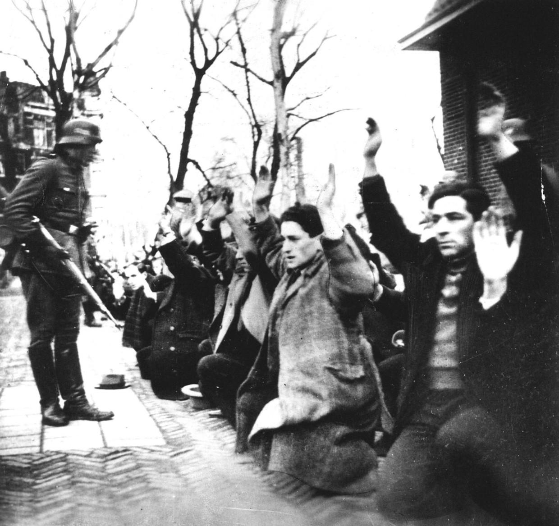 Beelden van de razzia in Amsterdam uit 1942.  Beeld anp