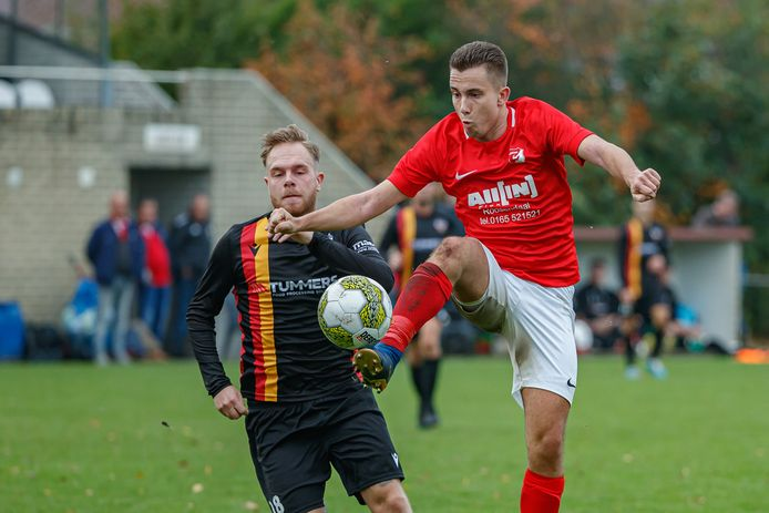 Rechts in beeld Gaynio Aarts, die voor Rood-Wit langs Guido de Kleer een 3 op het scorebord plaatst.