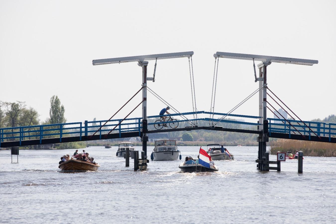 Het recreatieverkeer op de Rotte wordt twee maanden gehinderd door het werk aan rijksweg A16 Rotterdam. Boten varen hier onder de Pekhuisbrug bij Bleiswijk en Zevenhuizen op weg naar de Rottemeren.