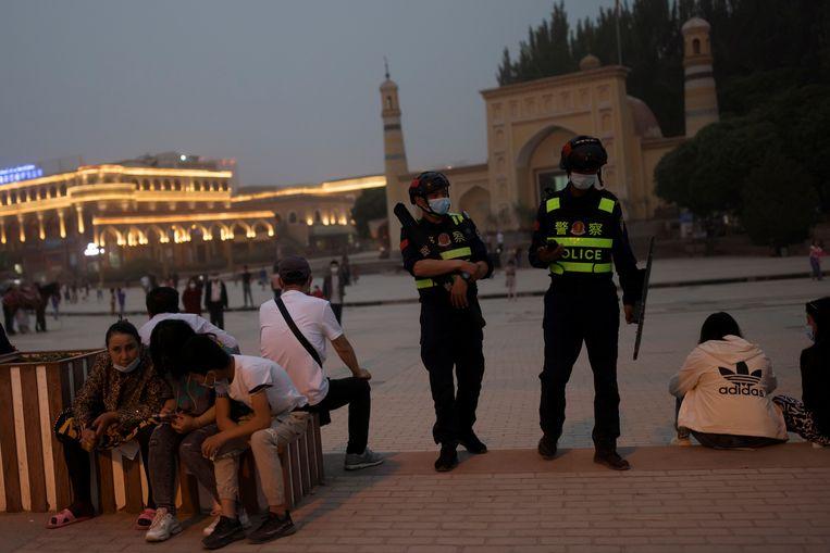 Een politiepatrouille voor de Id Kah-moskee in Kashgar, Xinjiang. Beeld Reuters
