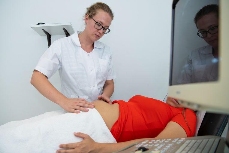 Elisa Janszen heeft tot eind dit jaar geld om haar patiënten te ontvangen. Dankzij de Nederlandse Stichting Vluchteling en dankzij de Unhcr, de vluchtelingenorganisatie van de VN Beeld Berber van Beek