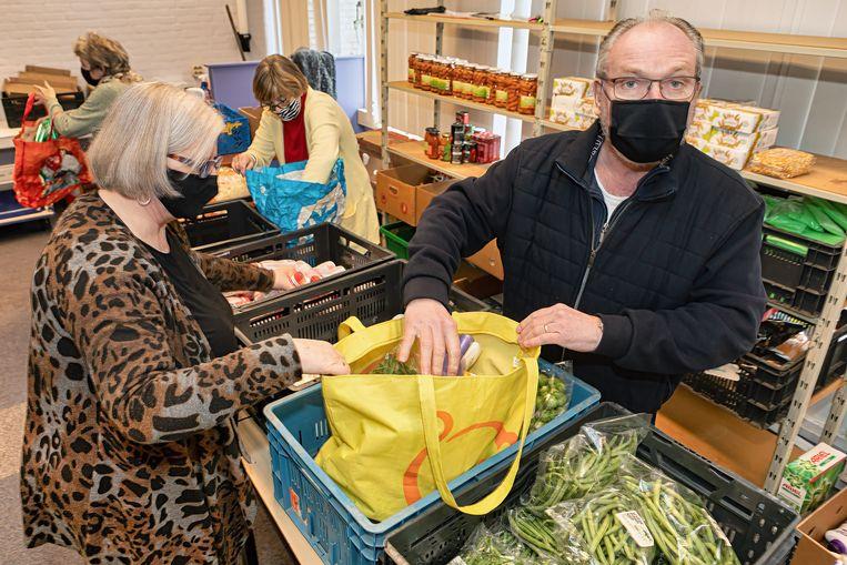 Vrijwilligers van de voedselbank zijn bezig met het inpakken van tassen voor het ophaalmoment. Beeld Pix4Profs / Johan Wouters