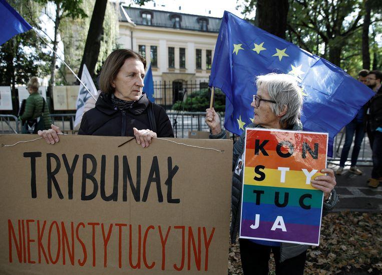 Demonstranten staan bij het Constitutioneel Tribunaal in Warschau.  Beeld REUTERS