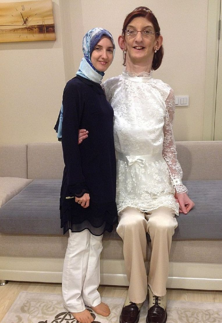 Rumeysa Gelgi (rechts) toen ze in 2014 werd uitgeroepen tot de langste de tiener ter wereld. Beeld Guinness World Records