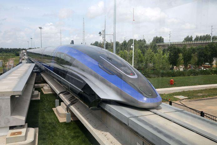 """Contrairement aux trains classiques, ceux à sustentation magnétique (ou """"maglev"""", pour magnetic levitation en anglais), flottent sur la voie, propulsés par de puissants électroaimants."""