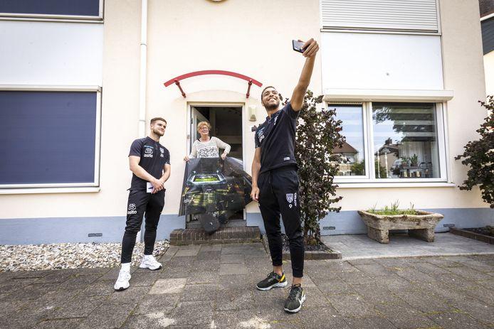 Vorig seizoen verrasten spelers van Heracles supporters die verlengd hadden. Op de foto de inmiddels vertrokken Joey Konings (links) en Cyriel Dessers.
