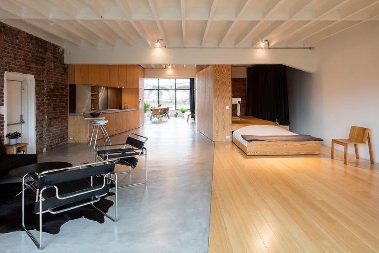 In de andere loft ligt gepolierd beton en bamboeparket.