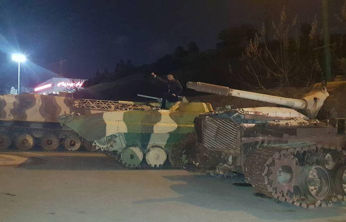 Een foto waarop  Gheiybe, in februari, poseert op een tank.