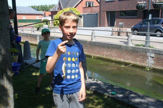 Quinten Hermans uit Hakendover toont zijn eerste gevangen visje