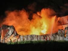 Eigenaar compleet uitgebrand Visserijbedrijf Urk keert op zee om, terug naar zijn verwoeste pand