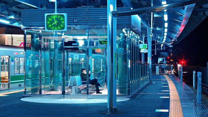 Blauw licht op stations blijkt een rustgevende werking te hebben