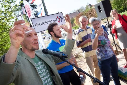 Maarten Tjallingi (l) en naamgever Philip Hendricks (blauw wielershirt) proosten op het Nederrijnpad. Foto: Marc Pluim