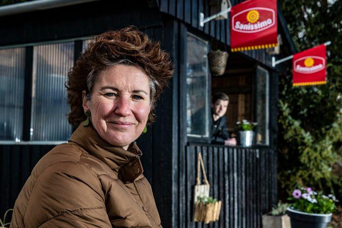 Esther Kortenhorst heeft een oude blokhut van de voetbalclub gekocht en gaat binnenkort ijs verkopen bij haar huis in Middel.  Op de achtergrond staat haar zoon Bosse, die zijn moeder af en toe een handje gaat helpen.