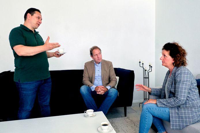 Ex-BVD'ers in gesprek over de gang van zaken. Links Aydin Gündogdu, in het midden Robbert de Boer en rechts Loudy Nijhof.