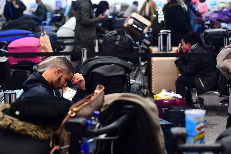 Gestrande passagiers in Gatwick Airport. Beeld AP
