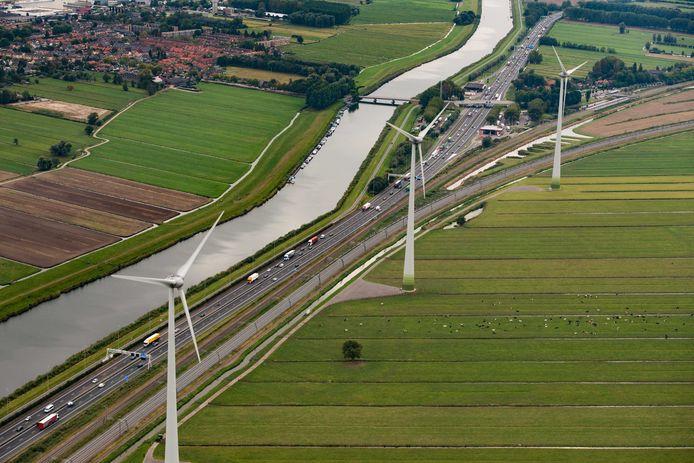 Tussen Giessenburg en Boven-Hardinxveld staan al drie turbines aan de A15. Richting 2030 worden dat er een stuk meer.